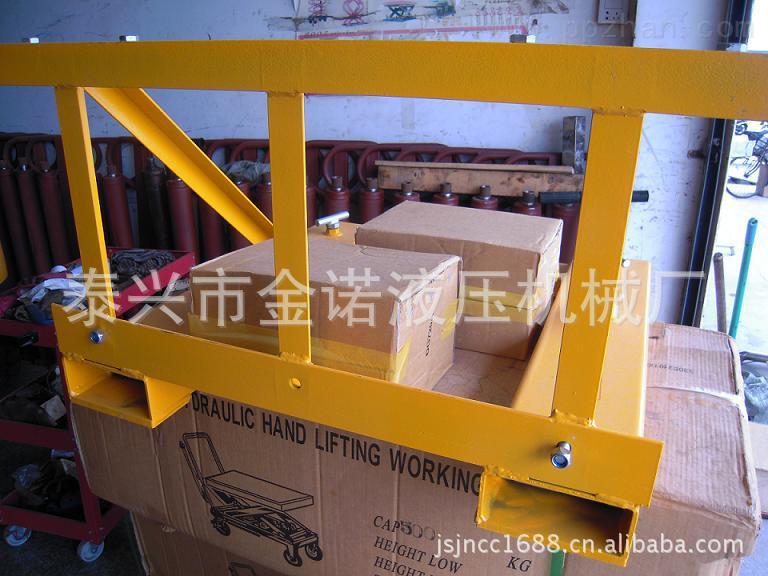 厂家销售叉车专用属具 油桶搬运夹具 适用塑料桶和铁桶